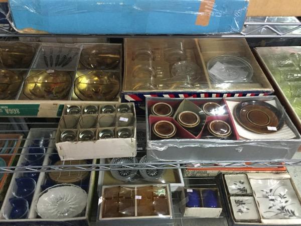 チェンマイの日本輸入リサイクル倉庫の食器-2