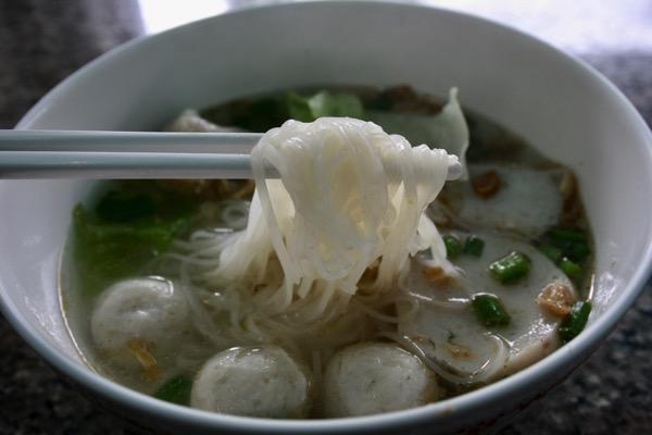 タイの米粉から作られるセンレックという細麺