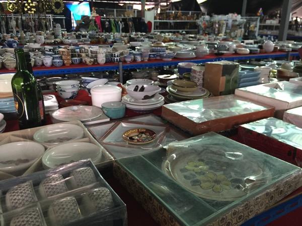 チェンマイの日本輸入リサイクル倉庫の食器 1