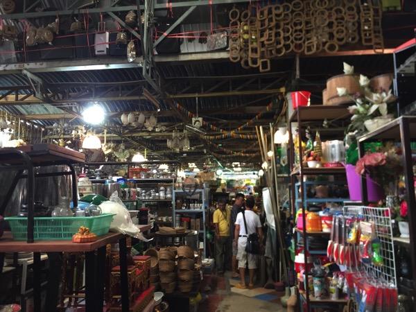 チェンマイのガラクタ市場、古着倉庫、リサイクルショップでお宝探し