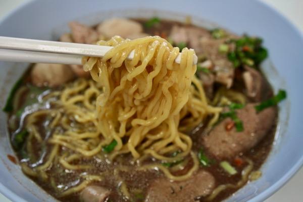 タイのバミート呼ばれる黄色い中華麺