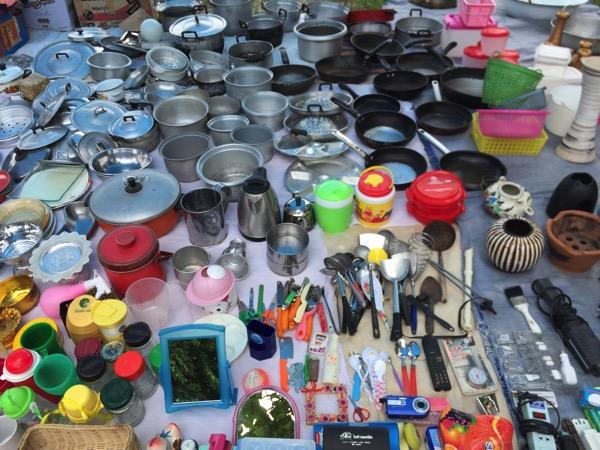 チェンマイノンホーガラクタ市場のキッチン用品
