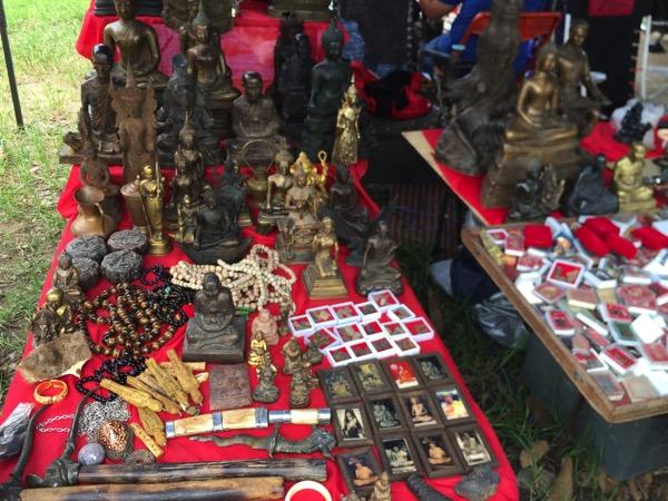 ノンホーガラクタ市場の仏像