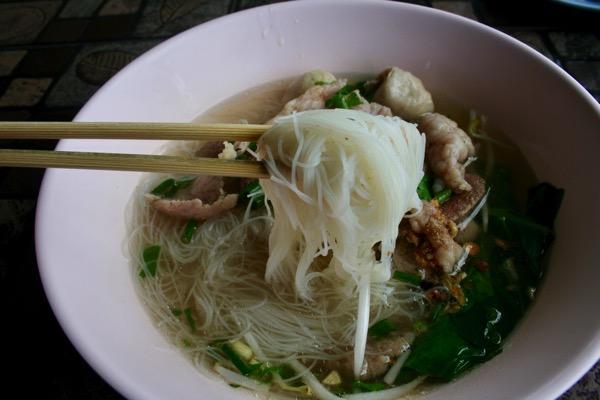 タイの米粉から作られるセンミーという極細麺