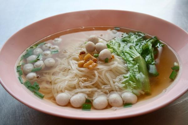 出汁のきいた透明なスープ