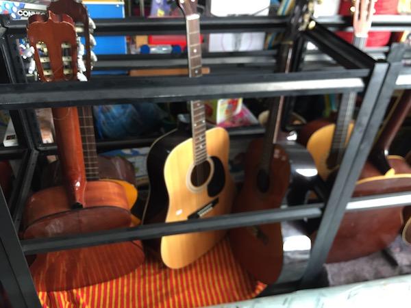 チェンマイのアウトレッドショップ-Ojisan日本中古倉庫のギター