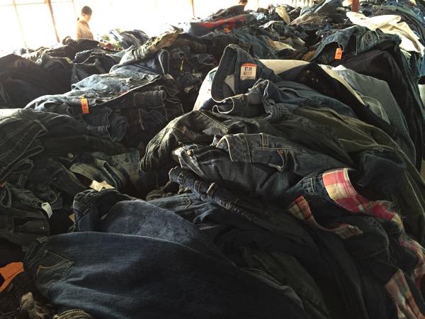 チェンマイ古着倉庫ののジーンズ