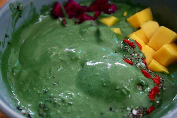濃緑色のスピルリナのスーパーボウル 2