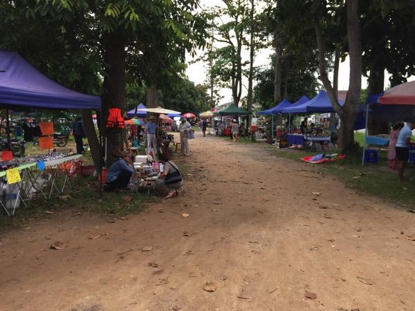 チェンマイのノンホーガラクタ市場の様子