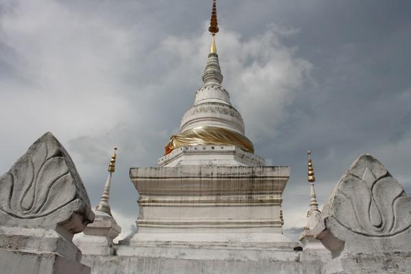 ナーン県のランドマークワットプララートカオノーイの仏塔