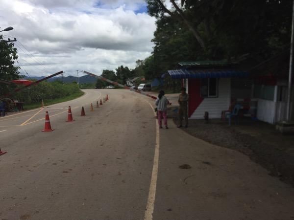 ラオスーネグンの国境ゲートの職員