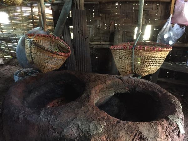ボーグルア村で塩を作っている様子 1
