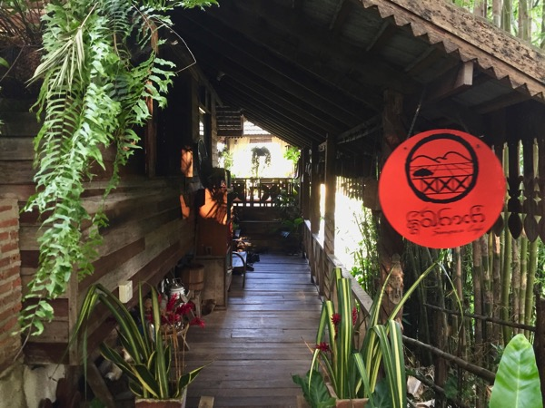 チェンコーンのタイルー族カフェ入り口