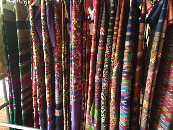 タイルー族の織物村の店内 3