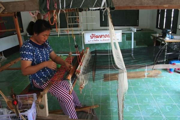 織り機で作業中のタイルー族