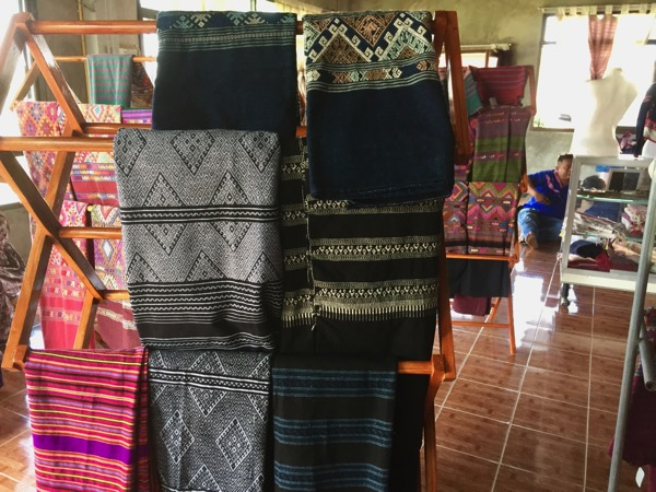 タイルー族の織物村の店内 2
