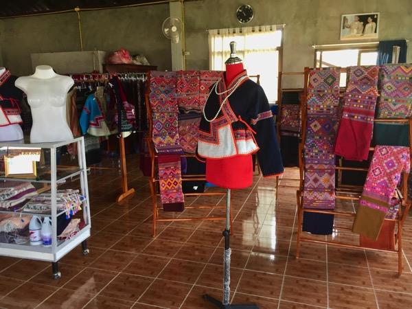 タイルー族の織物村の店内 1