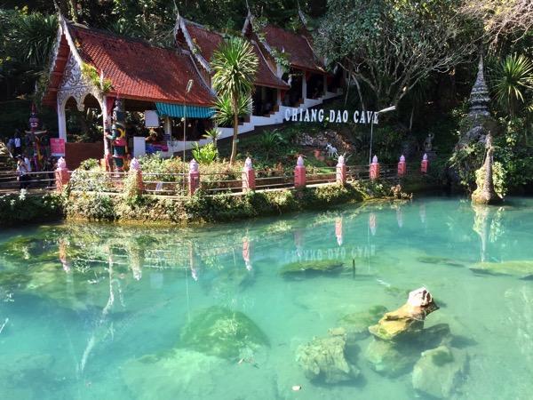チェンダオ洞窟前の池