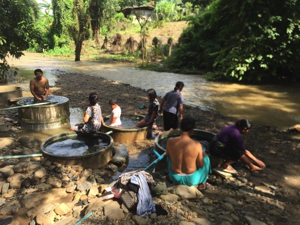 チェンダオ土管温泉を利用する地元タイ人-1