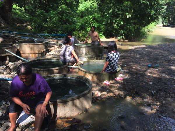 チェンダオ土管温泉を利用する地元タイ人-2