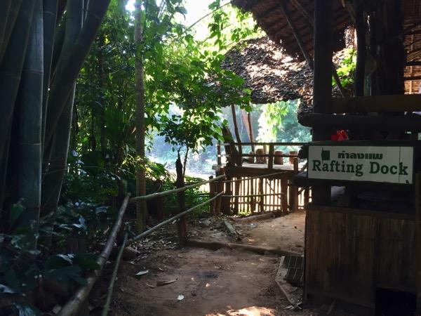 チェンダオの象訓練センターの筏下り乗り場