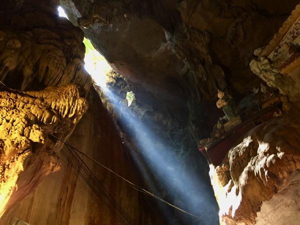 チェンダオ洞窟の隙間から差し込む太陽の光