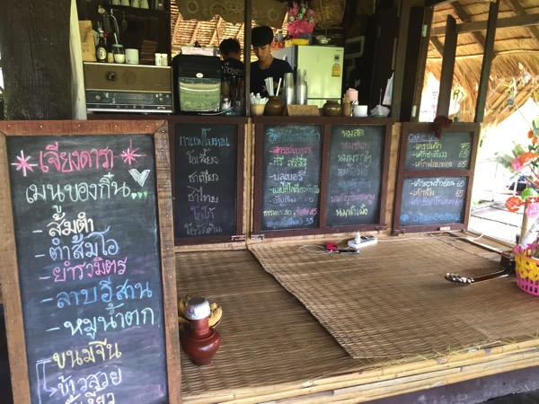 チェンマイの田園カフェの注文カウンター