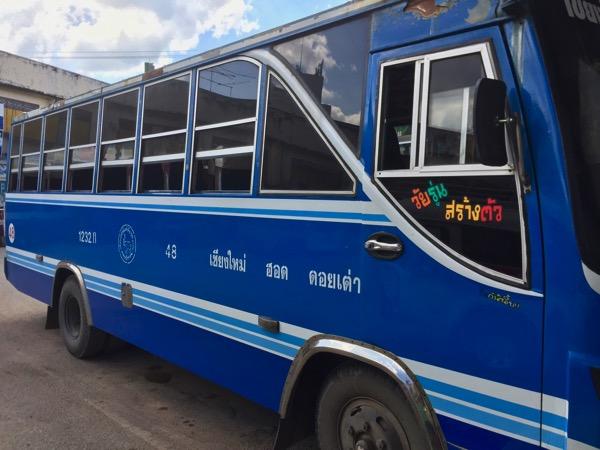 チャンプアックバスターミナルの中型バス