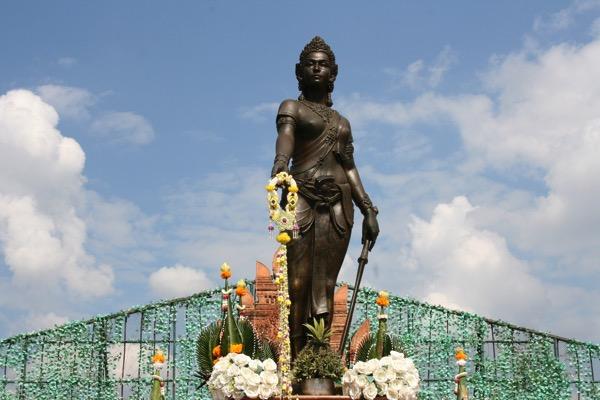 伝説の女王チャーマテーウィー 像