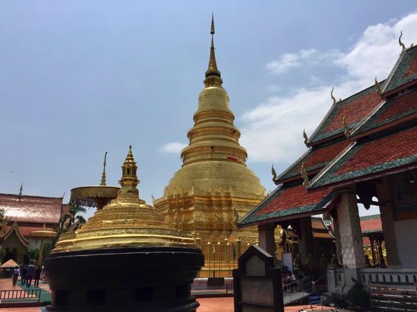 ランプーンのタイ最高位の第一級王室寺院のワットプラタートハリプンチャイ