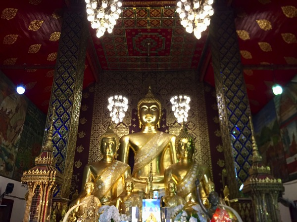 ワットプラタートハリプンチャイの本堂の坐像