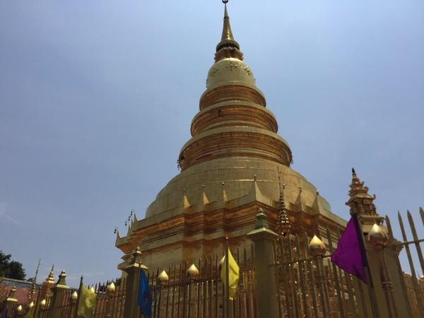 ワットプラタートハリプンチャイの仏舎利塔