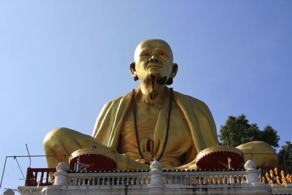 ランプーンのワットドイティの高層クルーバーシーウィチャイ巨大仏像-2