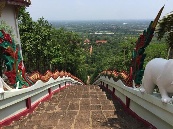 ワットプラプッタバートタークパーの本堂から仏塔に向かう階段