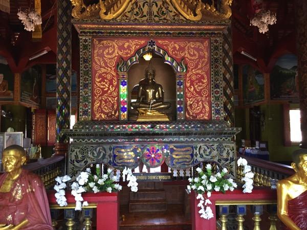 ワットプラプッタタークパーの本堂に祀られている仏像