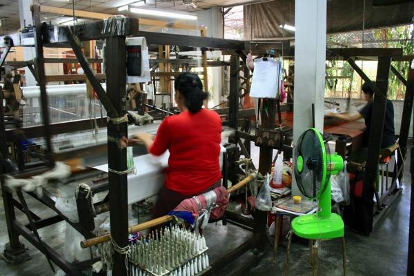 チェンマイのシルク作業場見学の織り機