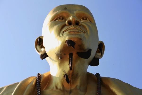 ランプーンのワットドイティの高層クルーバーシーウィチャイ巨大仏像-3