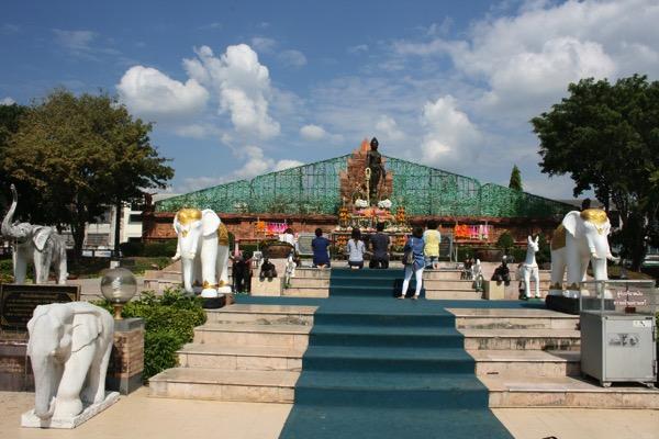 チャームテーウィー像を参拝するタイ人-1