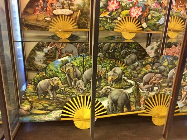 チェンマイThai Artsの傘・扇子の置物-1