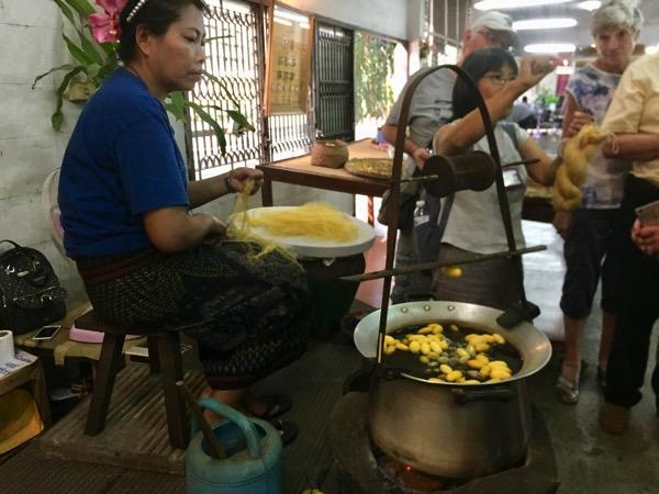 チェンマイのシルク作業場見学でまゆを湯で煮て膠着している物質を取りのぞく