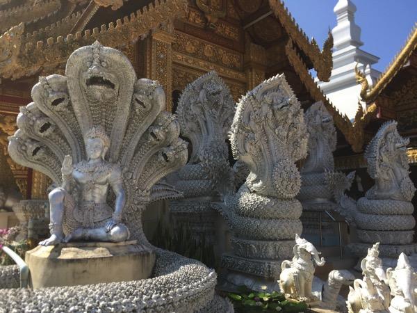 ワットサンパーヤーンルアンのシルバーのナーガ像