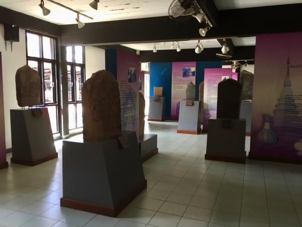 ハリプンチャイ国立博物館1階の副展示ホールの石碑-4