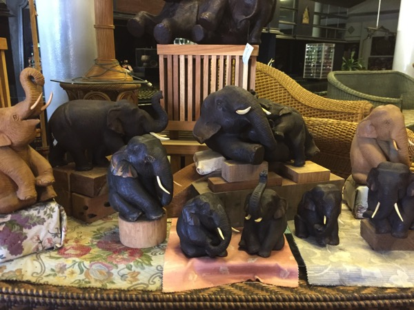 チェンマイThai Artsの木彫り象 1