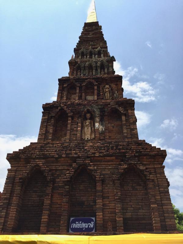 ワットプラタートハリプンチャイの独特のスタイルの仏塔