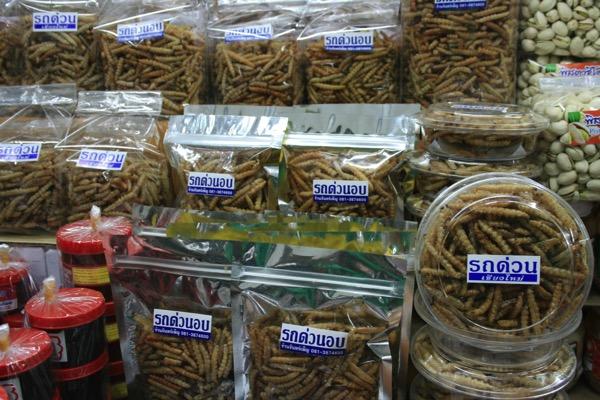 チェンマイのワロロット市場に売っている芋虫の素揚げ