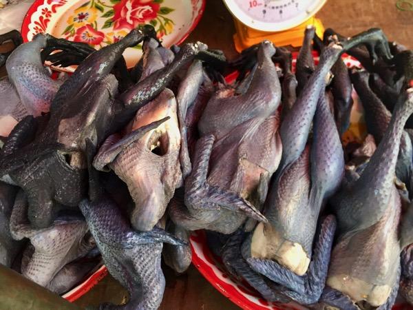チェンマイのローカル市場で売っている真っ黒な鶏の肉