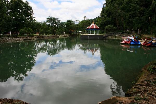 チェンラーイワットタムプラーの池