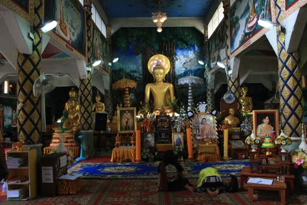 チェンラーイワットタムプラーの本堂に安置されている仏像