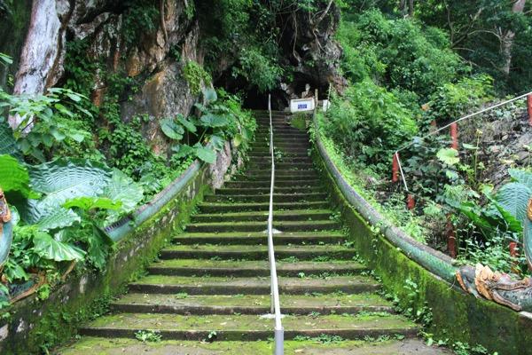 チェンラーイワットタムプラーの洞窟の階段
