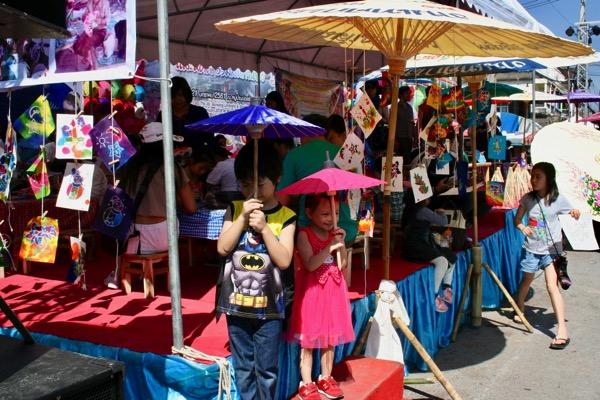 カラフルな傘で彩られているボーサンメインストリーのお店-3